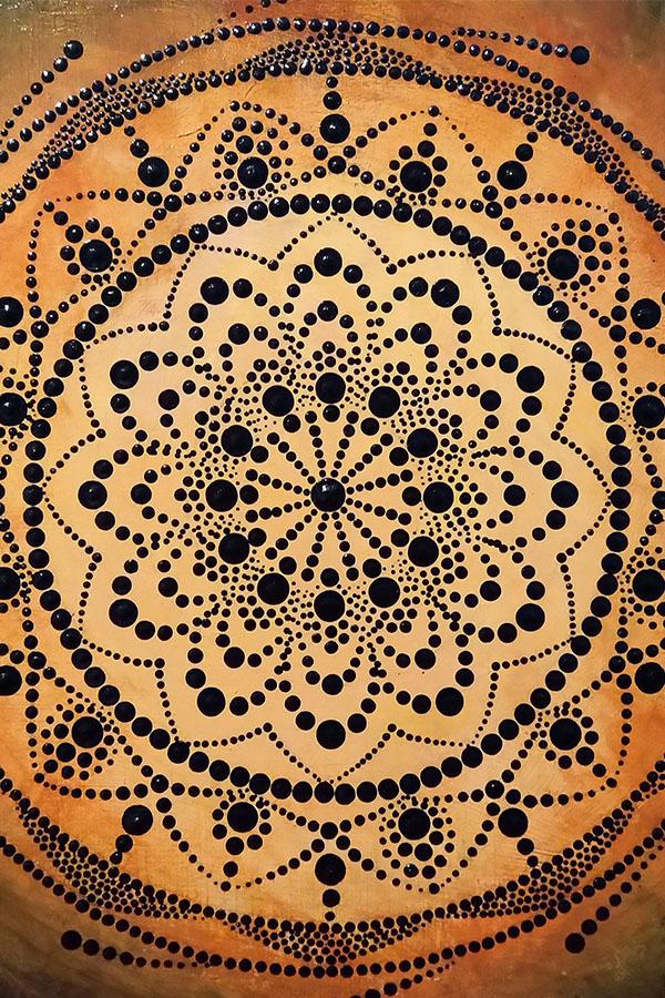 narancs hátterű mandala fekete pontotkkal