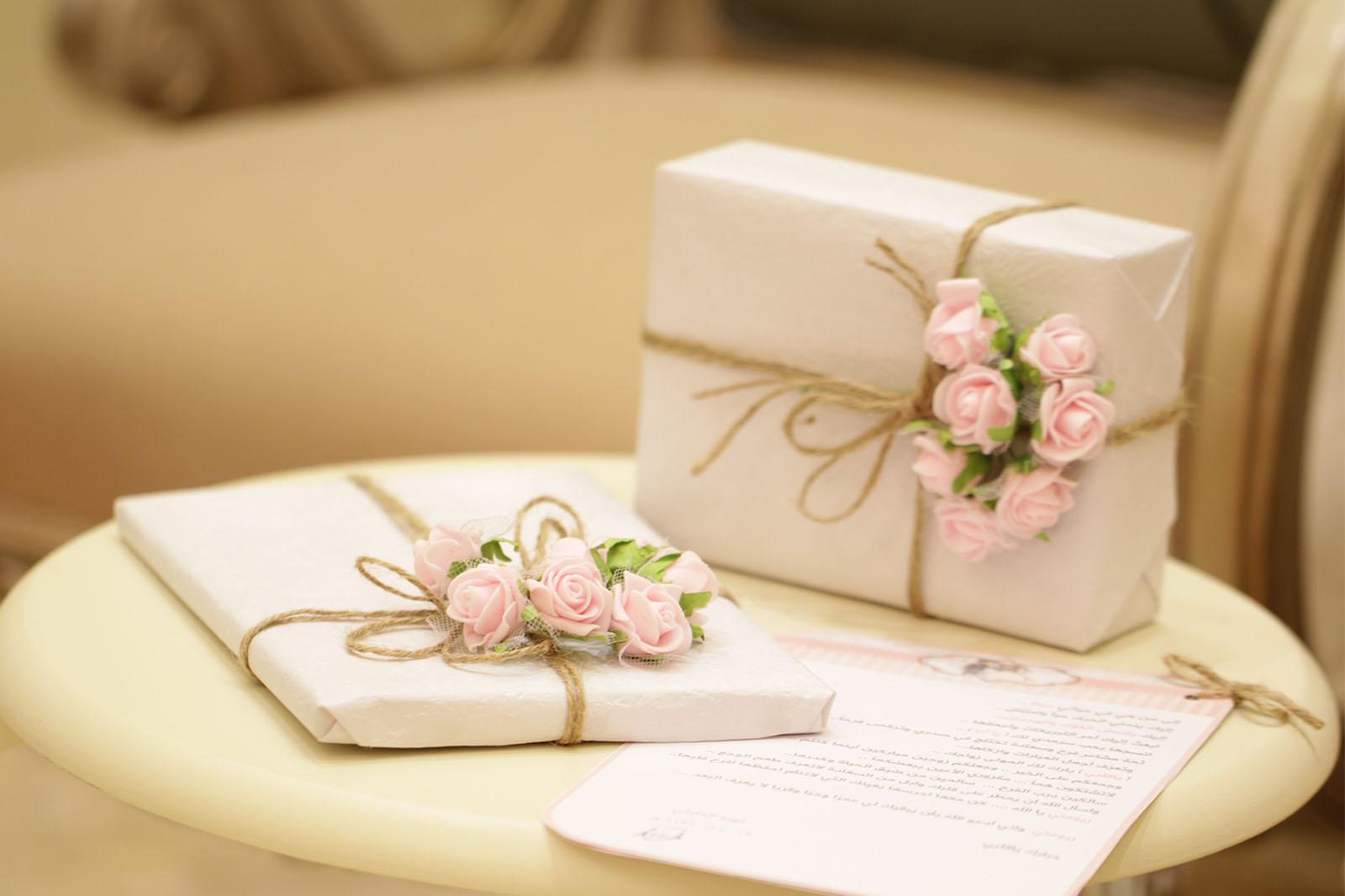 ajándékcsomagok az asztalon